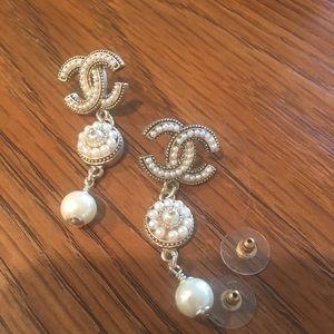 Pearls dangling earrings